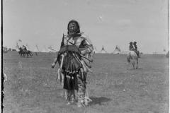 Maka-with-shield-1908-McClintock-800-644