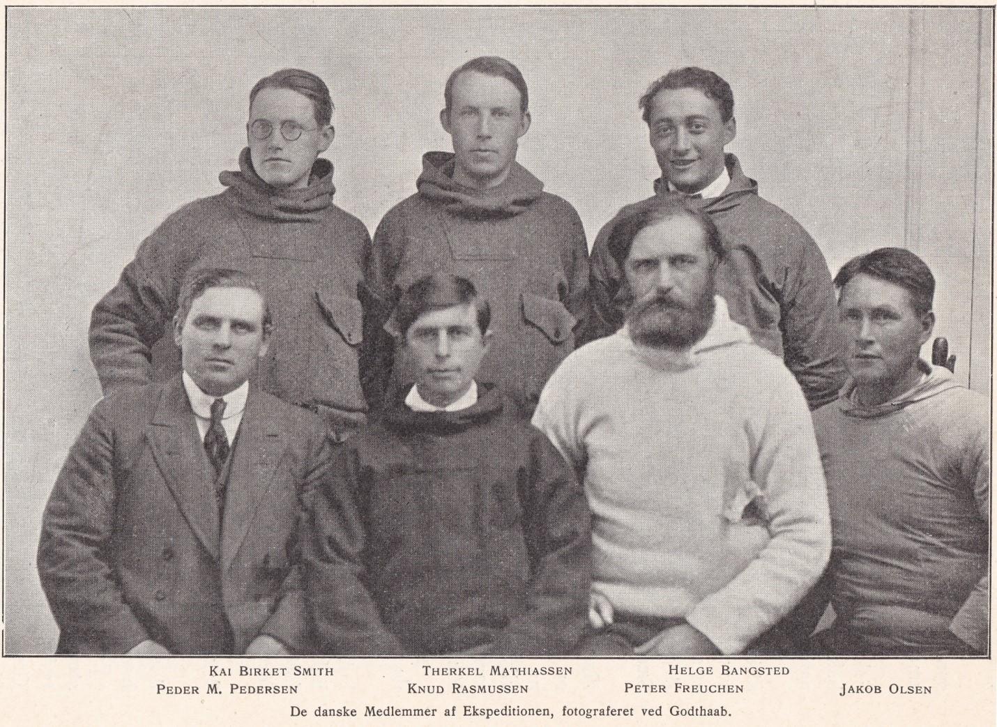 חברי המשלחת לפני צאתם מקופנהגן. פתר מ. פידרסן (שמאלי בשורה התחתונה) היה קפטן המפרשית, האחרים חוקרים ועוזרי מחקר. ביניהם קנוד ראסמוסן (שני משמאל בשורה התחתונה), ראש המשלחת.